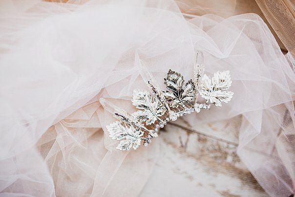 Небольшой аксессуар для самой необычной невесты☆    Фото @sazanovich_ksenia    #flowercrownkras  #гребеньскристаллами #кристаллыкварца #украшениеизкристаллов#коронаизкристаллов#коронаневесте #гребеньневесте#гребеньскамнями#прозрачныекристаллы#вналичиикрасноярск#коронавналичии#коронаскристаллами