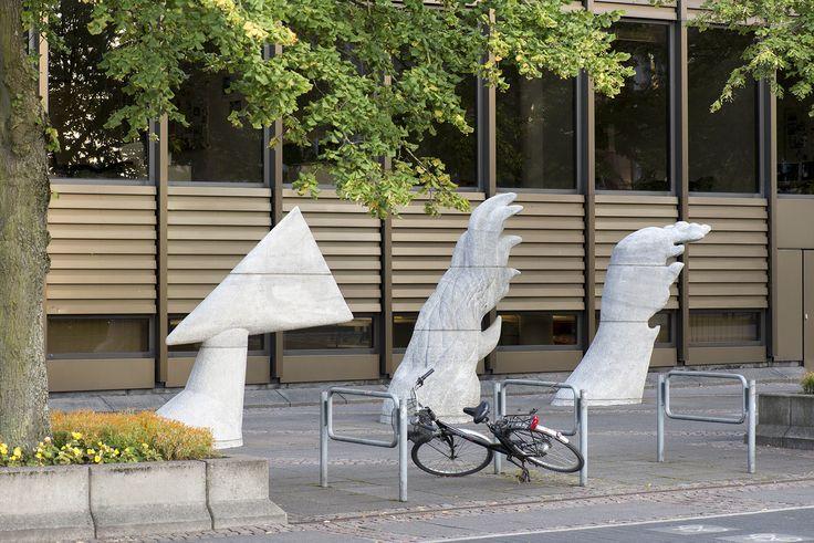 #Kiel Drei große Gewalten sorgen bei den Versicherungen für viel Arbeit: Schäden durch Feuer, Wasser und Sturm. Diese drei Themen werden in der dreiteiligen Skulptur dargestellt: schneidender Wind, zünge...