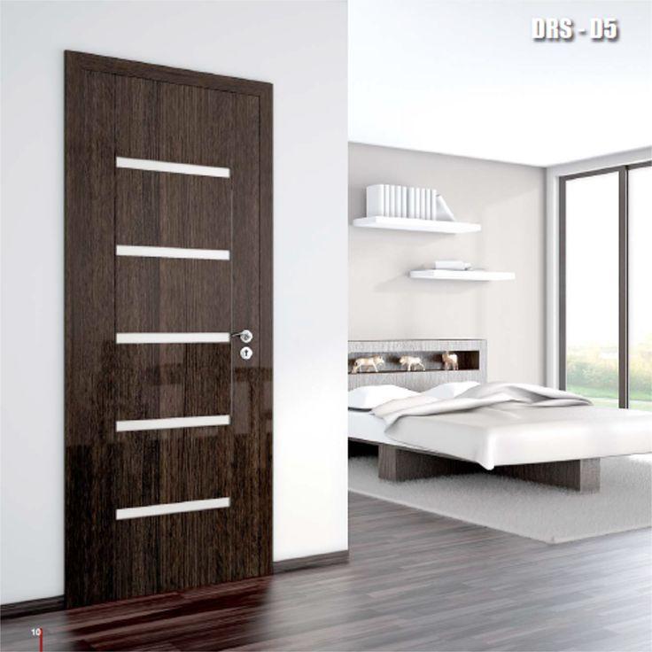 Drzwi wewnętrzne Umberto Cobeli model DRS-D5 to drzwi o klasyscznym wzorze i niebanalnym wykonaniu. Skrzydło zostało pokryte folią akrylową o wysokim połysku, odporną na zarysowania.