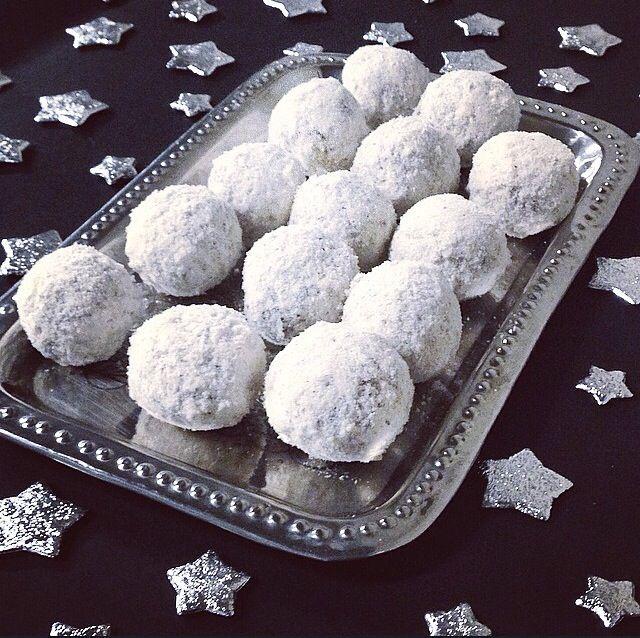 Her kommer den... Opskriften på julens lækre guld - SNEBOLDE!!!!  I min verden bliver det ikke jul, før jeg har fået snebolde. Og hvad gør man så, når man ikke må få gluten, sukker og laktose?  Man laver da bare sin egen himmelske variant med lækker hvidt tryllestøv.  Jeg har set ma....