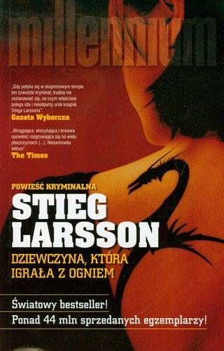"""Stieg Larsson """"Dziewczyna, która igrała z ogniem"""" Dwoje dziennikarzy, Dag i Mia, docierają do niezwykłych informacji na temat rozległej siatki przemycającej z Europy Wschodniej do Szwecji ludzi wykorzystywanych w branży seksualnej. Wiele zamieszanych w to osób piastuje odpowiedzialne funkcje w społeczeństwie. Kiedy Dag i Mia zostają brutalnie zamordowani, a podejrzenia zostają skierowane na Lisbeth Salander, Blomkvist postanawia przeprowadzić własne śledztwo."""
