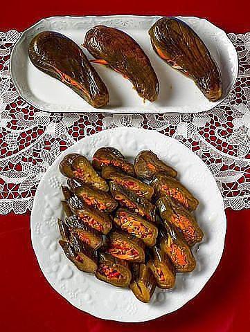 Маринованные баклажаны  Невероятно вкусная закуска к мясным блюдам, которая обязательно получится у тех, кто не поленится приготовить ее так, как описано. Посолите воду в большой кастрюле и поставьте закипать. Тем временем надрежьте баклажаны вдоль, лодочкой, чтобы образовался достаточно глубокий и вместительный кармашек.  Опустите баклажаны в кипяток. Ничего, что они всплывают - накройте крышкой и подождите, пока они изменят цвет и станут немного мягче. На это уйдет минут пять или десять…