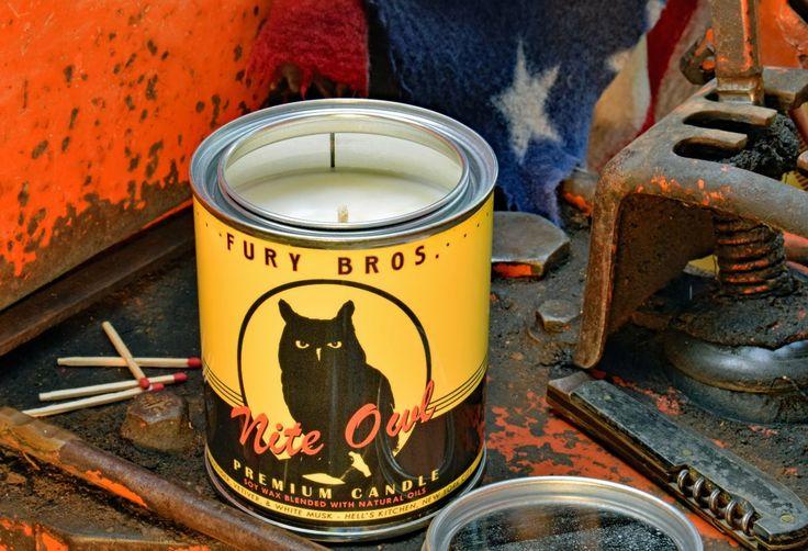 Bougie parfumée Nite Owl, Fury Bros® - USA. Coulée dans des boites d'huile vintage, chaque bougie est réalisée de manière artisanale en cire de soja, puis celée avec un couvercle métal. New York - USA. Bougie NITE OWL parfumée : Lavande, Racine de vétiver, Musc blanc #candle #original #vintage #cadeau #produitamericain #objetaméricain #vintage #garage #carrosserie #retro #lamaisondelonclesam