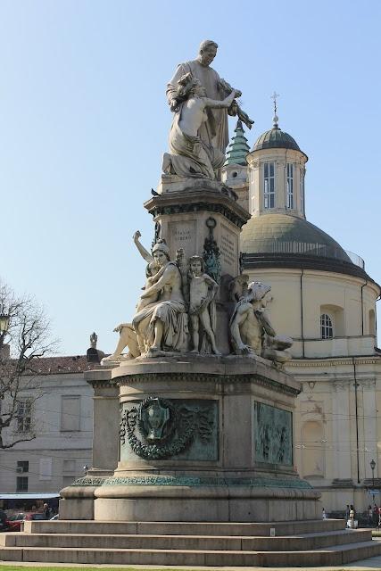 """Piazza Carlo Emanuele II (più nota come piazza Carlina) è una delle piazze principali del centro storico di Torino, sita nelle vicinanze di via Po. Ha forma quadrata di 120 metri per lato[1]. È molto più conosciuta come """"piazza Carlina"""" (tanto da essere indicata così anche nelle mappe stradali), a causa del nomignolo che il popolo torinese affibbiò a Carlo Emanuele II di Savoia per i suoi modi effeminati, già a partire dal XVII secolo"""