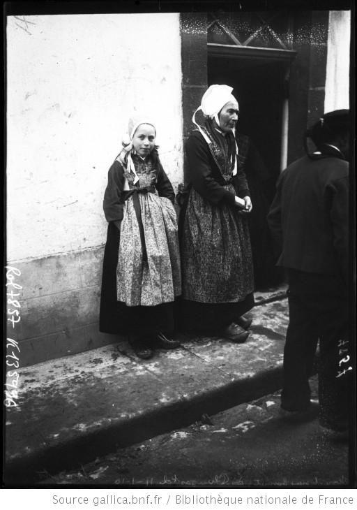 Jeune et vieux bonnets à Plougastel, 11-1-10 [jeune fille et vieille femme côte à côte en costume traditionnel breton] : [photographie de presse] / [Agence Rol] - 1910