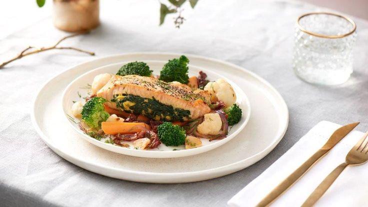Na našich stránkách kuchynelidlu.cz najdete spoustu receptů na lososa. Vyzkoušejte například lososa se zeleninou podle Marcela Ihnačáka.