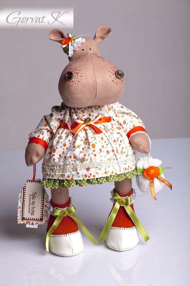 Se te habría ocurrido alguna vez hacer una hipopótama tan linda y coqueta??, pues ahora tienes la oportunidad. Con el patrón y el tutorial gráfico, seguro que te resulta muy fácil. Te muestro varios muñecos hipopótamos para que te inspires en ellos y hagas el que mas te guste o incluso todos, con …