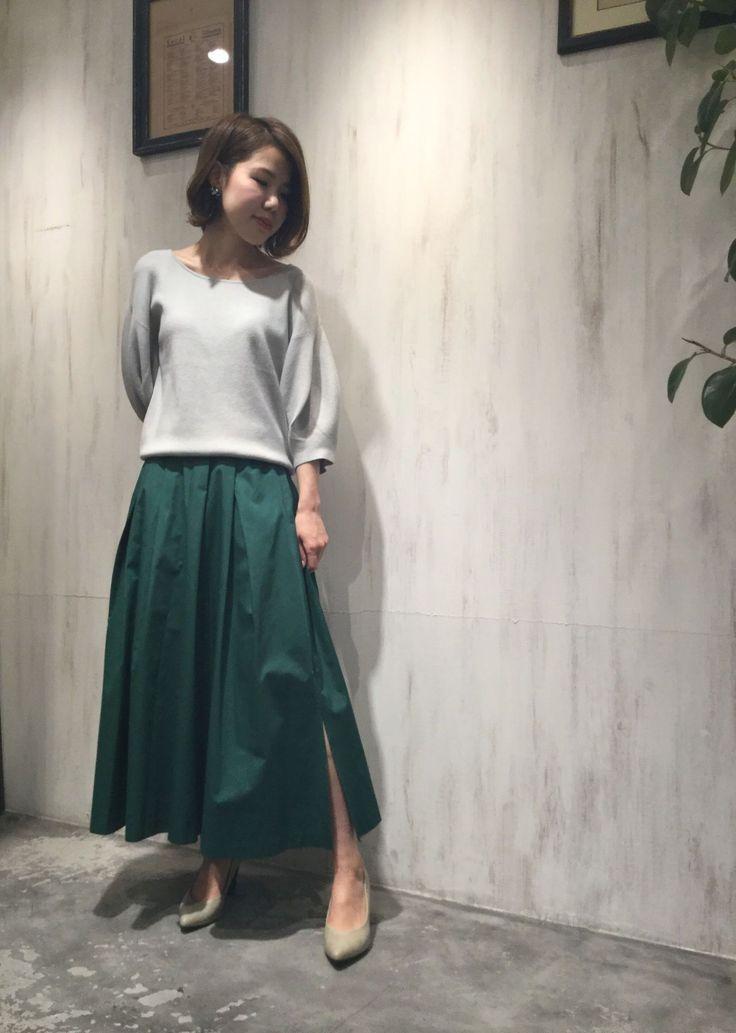 【阪急三番街】ミディタックスカート スタッフ159cm  ニット:¥7,900-  スカート:¥12,000-  パンプス:¥7,900-   ※すべて税抜き価格で表記しております。     ミディ丈が女性らしい雰囲気たっぷりのこちらのスカート。    左裾にスリットが入っていますので、  小柄な方もバランスよく着用頂けます。