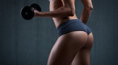 Du wünschst dir einen straffen Po und willst deine Gesäßmuskeln aufbauen? Hier sind 8 Übungen für dich, die du einfach zu Hause machen kannst.