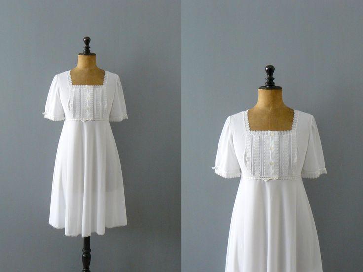 Mooie 60s dode inventaris witte nachtjapon, functies kant details op de hals, front bovenlijfje en manchetten zoom, empire taille met wit lint