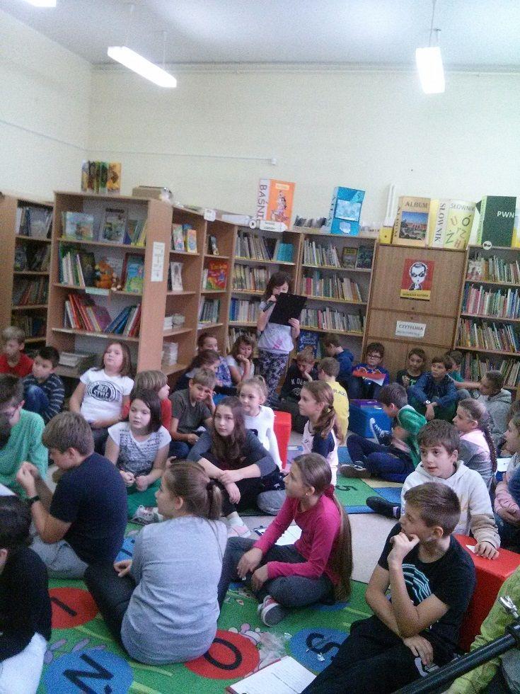 Przy całym znawstwie i biegłości bibliotekarzy w projektowaniu i realizowaniu funkcji biblioteki szkolnej tak, aby uwzględnić potrzeby edukacyjne, kulturowe, rozrywkowe i wszelkie inne jej użytkowników, zawsze kluczowe jest to pytanie: Jakiej biblioteki chcemy? A ponieważ dotyczy ono także poziomu satysfakcji użytkowników, najlepiej zapytać ich, czy są zadowoleni i czy mają pomysły, jak dostosować bibliotekę do ich oczekiwań…