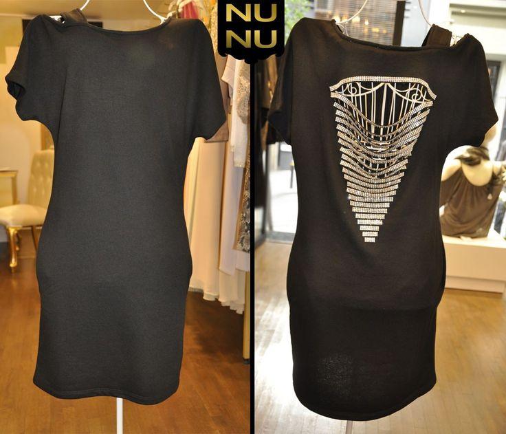 Asi ✦ Şıklık!  Siyah klasik elbiseler her kadının gardırobunda olması gerekir.  V yaka taşlı sırt dekoltesiyle oldukça iddialı olan bu elbiseyle ister bir davette ister düğünde isterse güzel bir akşam yemeğinde göz kamaştırabilirsiniz!  Sipariş ve Bilgi İçin : ☎ Whatsapp numarası: 0533 154 11 90   #NunuModa #sırtdekoltesi