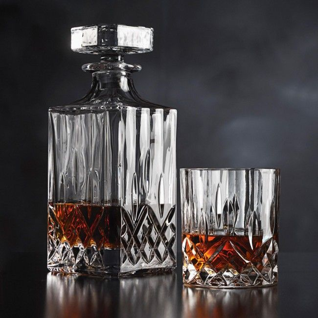Store and serve your favourite whisky in this classically styled Mann Madison Whisky Decanter.