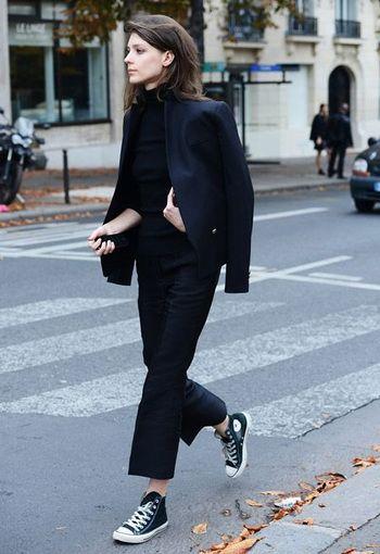 定番のコンバース黒ハイカット。大人っぽい全身ブラックのマスキュリンなパンツスタイルも、足元にはずしで取り入れるだけで軽さが出て、抜け感がとても素敵。