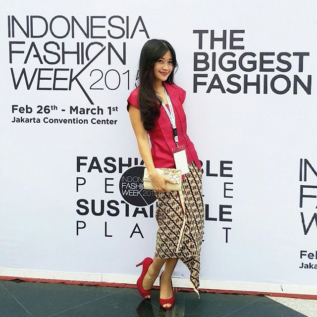 This is how she donning our kutubaru and jarik batik to attend Indonesia Fashion Week 2015 and my Ancor Show on Sunday... Thank you dear Leoni Secret... You wear it in perfect ^_^