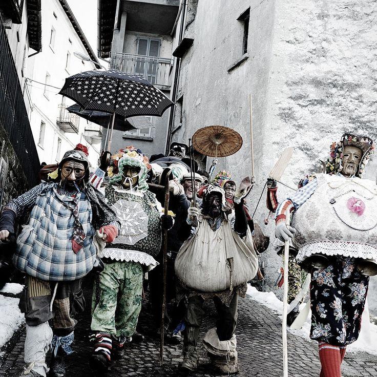 Im italienischen Bergdorf Schignano ist der Karneval noch ein dunkles Ritual voller Geheimnisse. Der Fotograf Mattia Vacca war der erste Fremde, der die archaische Tradition dokumentieren durfte.
