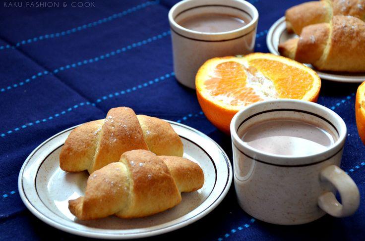 Rogale drożdżowe z powidłami na wodzie / Croissants with plum jam, oranges, cocoa