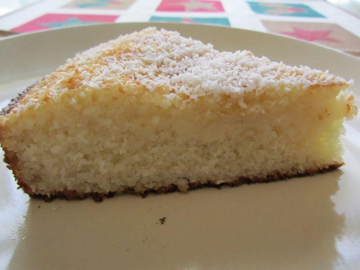 """Este bizcocho es de Marruecos, del blog Cal l´Ahlam Cocina de Marruecos. La receta es con gluten y yo la he pasado a """"sin gluten"""". Quería probar algo nuevo,y compré sémola de arroz sin gluten de ..."""