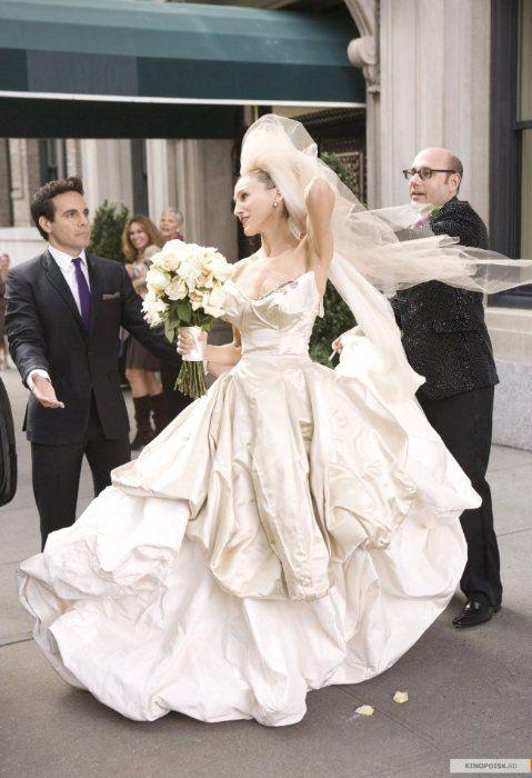 Самые красивые свадебные платья в кино: «Секс в большом городе»  Свадебные платья от дизайнера Веры Вонг заказывает себе на свадьбу добрая половина знаменитостей. Неудивительно, что