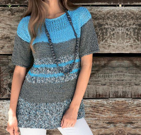 Вязаный удлиненный пуловер выполнен спицами из пряжи двух видов в морской стилистике.
