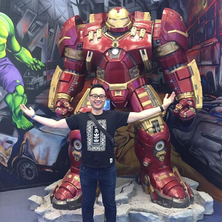 This hulkbuster is huge!!! I randomly walked by this Toy Figure Museum near Gangnam district.