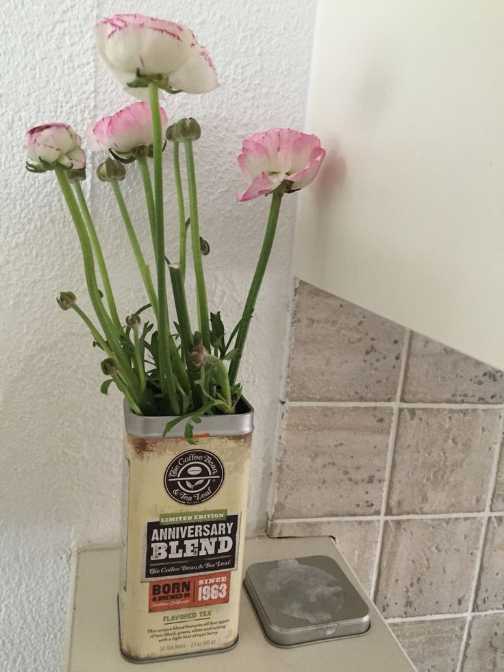 Lente gevoel, leuke brocante decoratie! Ranocels in een (oud) blikje