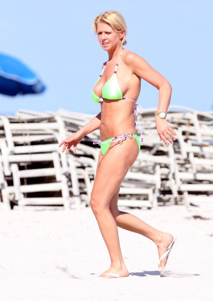 aAfkjfp01fo1i-24571/loc1110/76600_Celebutopia-Tara_Reid_with_green_bikini_on_the_beach_in_Miami-12_122_1110lo.jpg