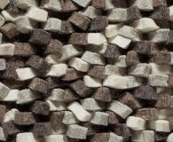Belangrijke keuzen die wij (Schoone WOONwensen) maakten voor onze NLlabel karpetten collectie welke bestaad uit eerlijke materialen: wol, vilt, linnen. Het liefst met een opvallende textuur en mix van structuren, zoals hier in lange stroken gesneden en vervolgens gevlochten vilt... warm zacht en vooral sterk.