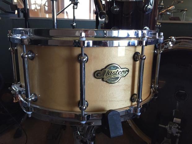 For sale is a used a 14x6.5 Pearl Masters MCX maple snare drum with custom Pearl tube lugs. It's been used in a studio so very minimum wear and tear, some very minor pitting on the Pearl die-cast hoops.Solid drum. All maple, classic finish in great condition.