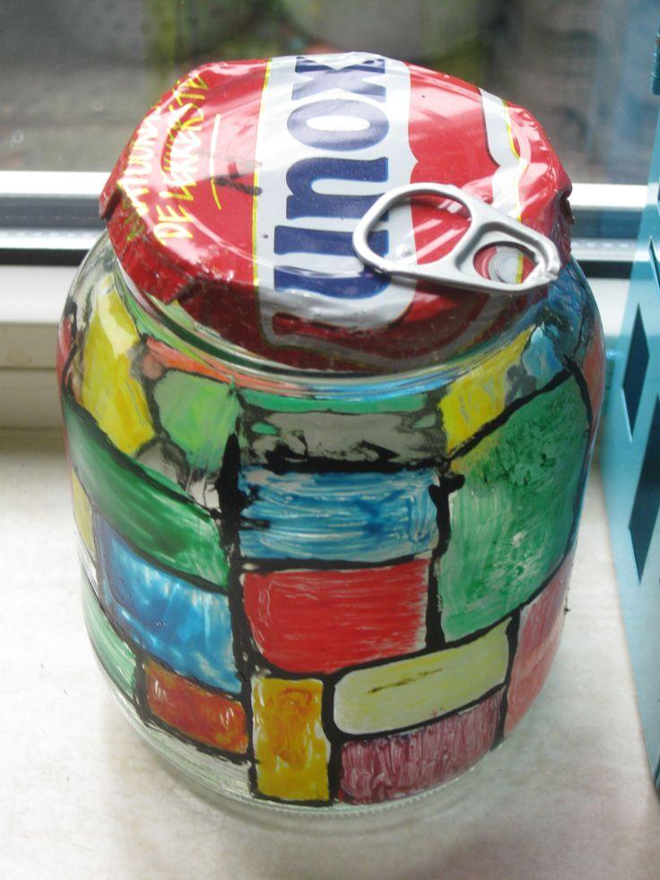 glazen pot, beschilderd met glasverf,deksel is gemaakt van deksel van een soepblik(aan de rand passend gemaakt)