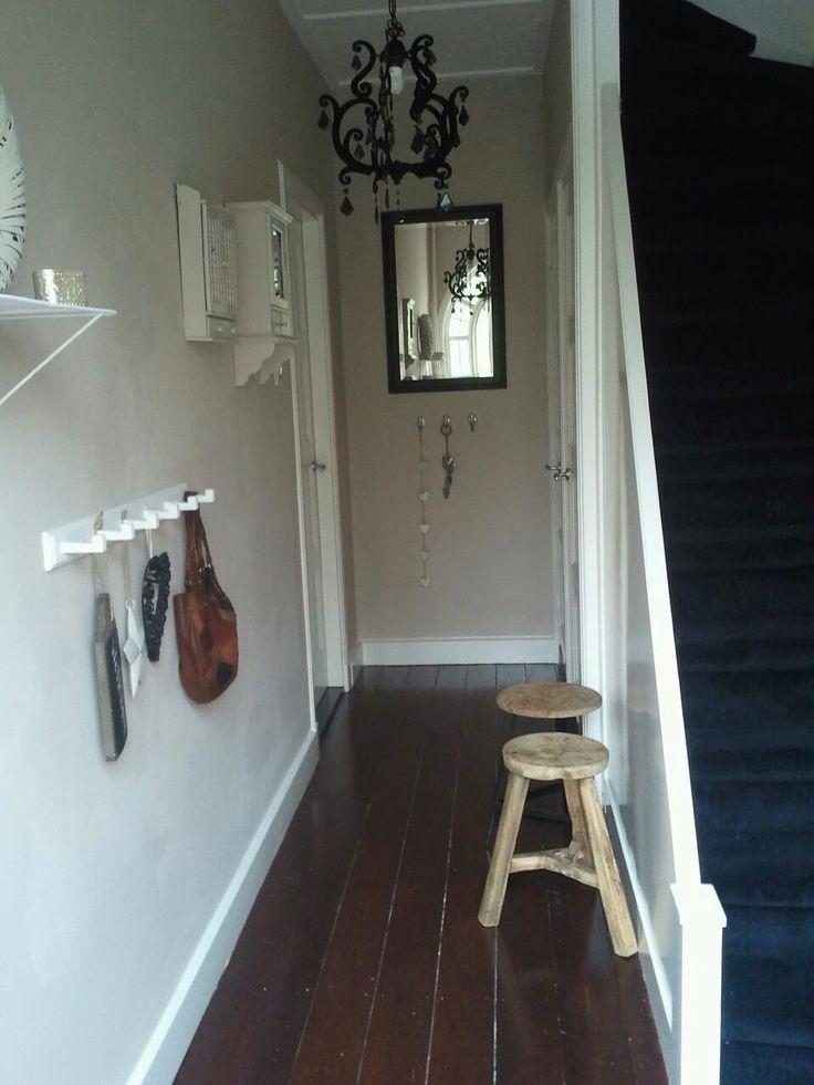 De gang met oude houten vloer. Oude kastjes zijn dezelfde kleur als de muur.
