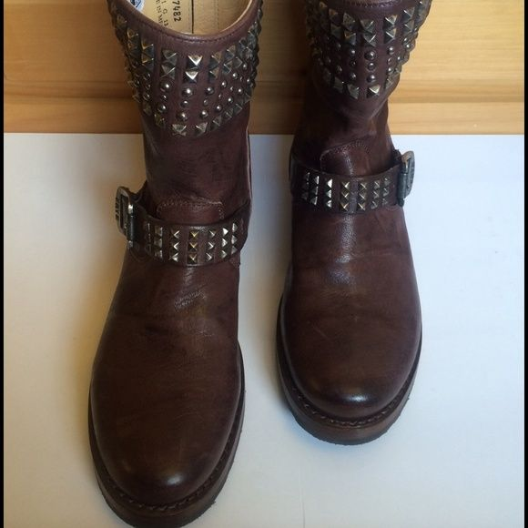 """$229⬇️$ ⬇️New! Frye Veronica Antique Leather Boots New! Antique washed leather short motto boots. Features ankle strap covered with hand-hammered metal studs. Signature vee design on side with silver buckle to cinch or loosen the shaft. *leather lined *leather with rubber outsole *6.5"""" shaft height *12"""" shaft circumference *medium width *1"""" heel. Soft insole. Very comfortable. NWOT. Never worn. In excellent condition! Frye Shoes Ankle Boots & Booties"""
