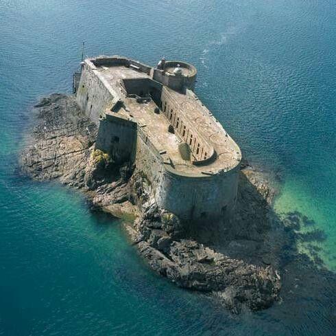 Le château du Taureau en baie de Morlaix #Finistère #Bretagne #Brittany