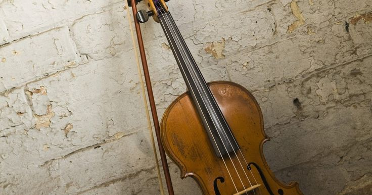 Partes y términos del violín. El violín tiene varios componentes y cada uno tiene términos asociados con ellos. Conocer los nombres de estas partes es útil para los compositores que quieran aprender a escribir para violín. La capacidad para identificar cada parte del violín también hace que sea más fácil aprender sobre cómo se toca el instrumento.