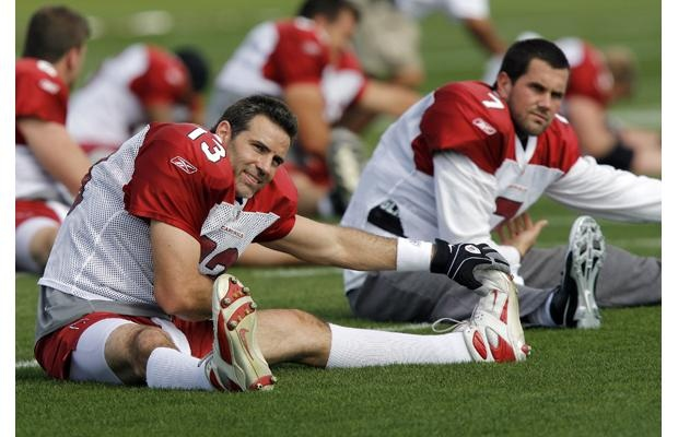 Arizona Cardinals quarterback Kurt Warner (L) and back-up Matt Leinart stretch during the team's practice in Tampa January 28, 2009.  The Cardinals face the Pittsburgh Steelers in Super Bowl XLIII  February 1.