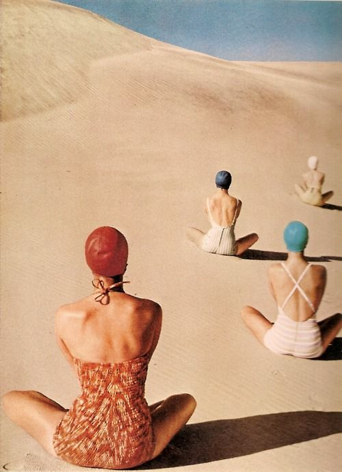 Clifford Coffin for Vogue, 1950s, swhimsuits, desert mujeres composicion arena playa dunas gorro