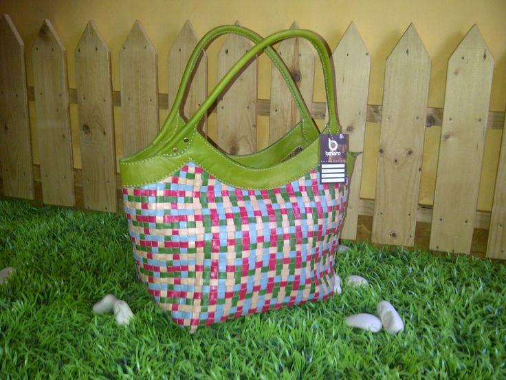Tas kulit anyaman benar-benar unik. Tas kulit anyaman ini terdiri dari beberapa strip kecil yang terbuat dari kulit.