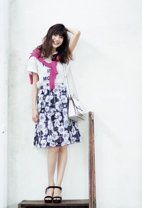 Tシャツ×花柄スカートにビビットカラーのカーディガンがポイント♪ 花柄フェミニン スタイル ファッション コーデ♡