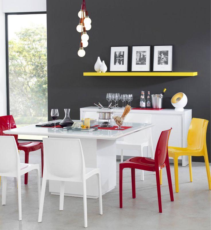 Jantar Hype Tok Stok. Vermelho, amarelo, branco, preto e cinza. Prateleira decorativa.