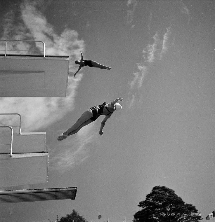 Un jour en Finlande #1952 Dans le ciel de Finlande pendant les Jeux Olympiques de Helsinki deux plongeurs à l'entraînement. Photo : Walter Carone/ #ParisMatch. Plus de photos d'archives sur @parismatch_vintage by parismatch_magazine