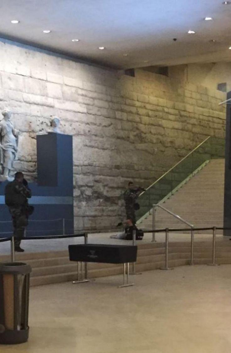 +FAITS DIVERS: ATTAQUE - Ce vendredi matin, un homme a agressé à la machette un militaire de l'opération Sentinelle placé au Carrousel du Louvre, avant d'être en retour touché par cinq balles. LCI s'est procuré une photo prise juste après l'attaque.