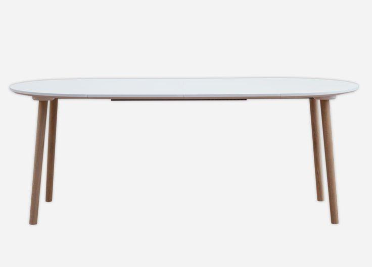 Rundt spisebord med udtræk her vist med helt hvidt bordplade og egetræsben. Et lille og elegant spisebord der rummer mange muligheder i det moderne hjem. Se mere her: http://www.ksign.dk/moebler/rundt-spisebord-med-udtraek/