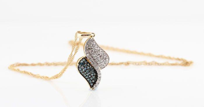 -14kt geel gouden diamanten halsketting met witte en blauwe diamanten 0.31ct - 45 cm / 26 x 12 x 4mm / 3.8gr  14kt geel gouden diamanten halsketting met witte en blauwe diamanten 0.31ct 14kt hanger versierd met 50 witte en 25 blauwe achtkant geslepen diamantenWitte diamanten 0.20ct en blauwe diamanten 0.11ct.Kleur: G-H Top Wesselton-Wesselton & blauw (behandeld).Zuiverheid: VS2-SI2.Totaal gewicht:. 3.80gr .Ketting lengte : 45.00cm .Hanger afmeting : 26 x 12 x 4mm.Totaal gewicht…