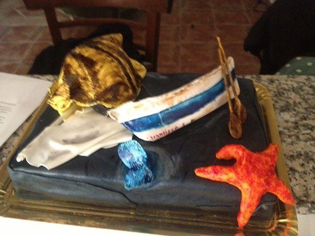 Tarta de cumpleaños de bizcocho 'red velvet' y temática marina.