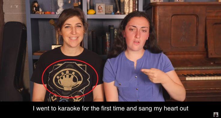 Los médicos han prohibido usar la voz a la actriz Mayim Bialik, que interpreta a la Dra. Amy Farrah Fowler en la serie Big Bang Theory. Con la ayuda de una intérprete de lengua de signos, Mayim lanzó un mensaje en vídeo en su vlog.
