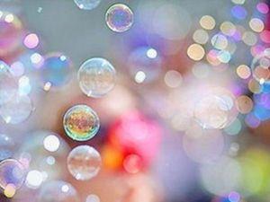 Есть много рецептов домашних мыльных пузырей, которые можно попробовать, даже если вы уже знаете, как сделать мыльные пузыри в домашних условиях. Некоторые из них действительно очень простые, с ингредиентами, которые,есть в вашем доме. Другие рецепты, как сделать раствор для мыльных пузырей, могут вызывать некоторые вопросы.