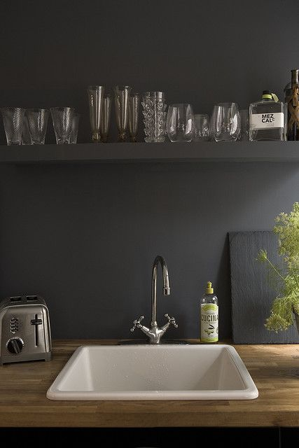 matte black kitchen // I think I'm fallen in love with the idea of a matte black kitchen and light wood table tops. so organic.
