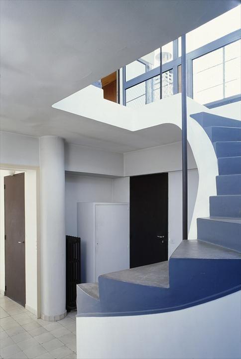Лестница на террасу на крыше.  (фасад,архитектура,дизайн,экстерьер,интерьер,дизайн интерьера,квартиры,апартаменты,конструктивизм,Ле Корбюзье,Франция,Париж,лестница,вход,прихожая) .