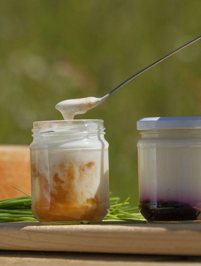 Das sind die selbstgemachten Joghurt des Hofes Lüch da Pcei in Abtei. Dass die Kühe sich im Laufstall frei bewegen und das kräuterreiche Futter von den Almwiesen der Dolomiten genießen können, schmeckt man. Roter Hahn - Südtirol