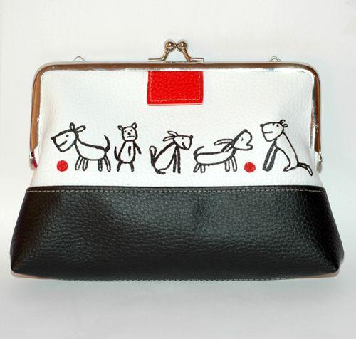 všade psíčky malá kabelka na drobnosti alebo kozmetiku, 18x20 cm, niklový kabelkový uzáver, kombinácia čiernej, bielej a béžovej koženky, maľovaný obrázok